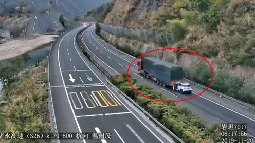 真省油!小车高速上追尾大货车 被一路拖行近4公里