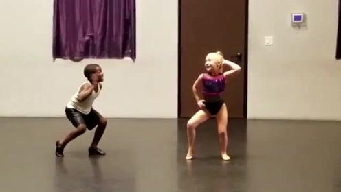 天呐!这对萌娃跳舞练习怎么这么带劲,这舞姿堪比专业人员,厉害了