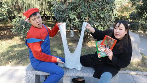 马里奥真人版:柚柚在公园偶遇马里奥,用2包辣条套路无硼砂泥