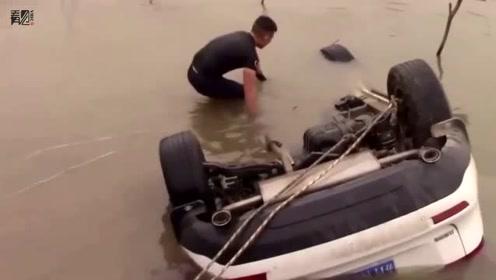 男子见坠车打捞现场崩溃:系自家车 儿子溺死车中