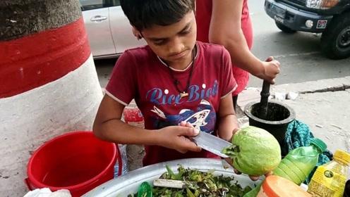 印度9岁小孩街头卖小吃,一份2元当地人围着买,游客:像过家家