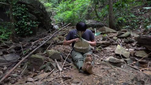 小哥丛林生存,不仅用藤条编了吊床,还编了挂在腰上的竹篮
