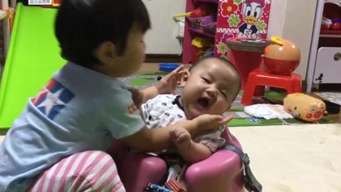哥哥想和小宝宝亲近一下,结果小娃一脸嫌弃的抗拒,放开我野兽