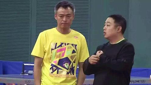 与刘国梁同岁却满头白发!国乒比赛教练最紧张,一细节显示操碎心