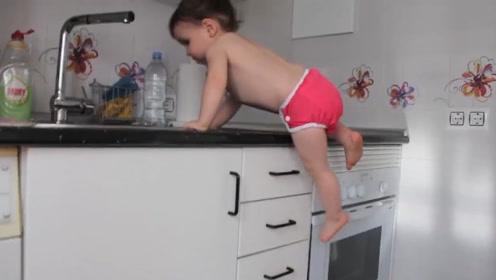 妈妈把零食藏在了橱柜里,没想到根本难不住小娃,分分钟就被缴获