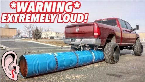 老外嫌排气管不够过瘾,在车上放个超大油桶,这下可不得了