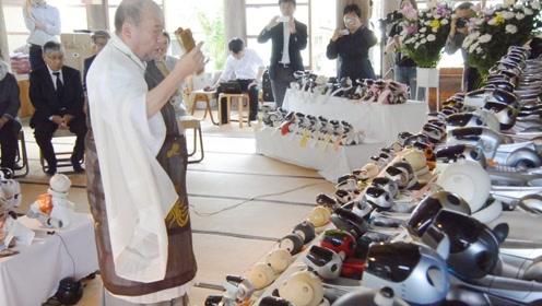 """享受""""人类待遇"""" 日本寺庙为56只机器狗举办集体葬礼"""