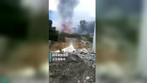 重庆城口县一爆竹堆放点燃烧 浓烟升腾远处清晰可见
