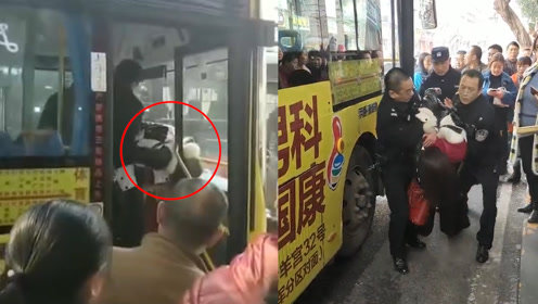 还不长记性?重庆万州一女子拍打公交司机驾驶舱:被众人当场制服