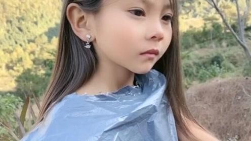 这么漂亮的小姑娘是受了虐待吗?大冬天穿个快递袋子