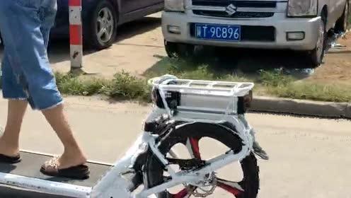 在公路上无意间看到的,小姐姐的自行车真是太洋气了,看得我都想买了!