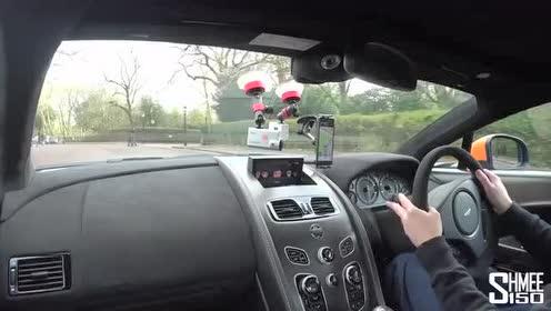 外国人驾驶阿斯顿·马丁Vantage GT8疾驰在路上