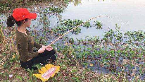 小姐姐正在专心垂钓,还没反应过来,大鱼已经吃钩,赶紧收杆抓鱼!