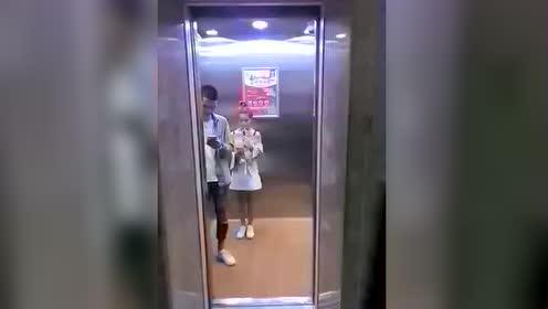 美女 电梯好尴尬