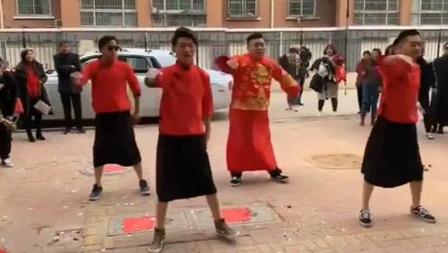 目前看过最牛的婚礼才艺,新郎伴郎街头大秀舞姿,简直嗨到爆!