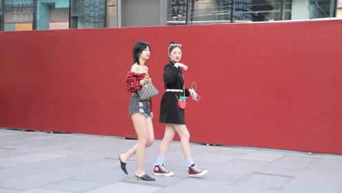 时尚街拍,春末夏初,那些逛街的姑娘就开始展示自己的长腿了