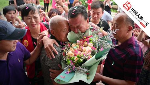 50岁的宝贝回家了,与父亲抱头痛哭
