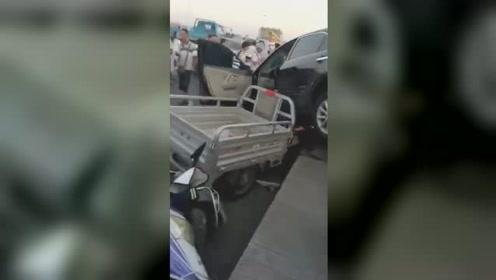 南阳白河大桥轿车失控连撞多辆电动车 1人直接被撞桥下