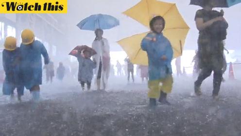 日本小朋友1200人体验倾盆暴雨 淋成落汤鸡却笑得合不拢嘴