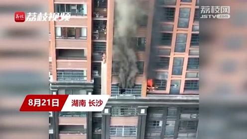 家中起火大人欲驼小孩从六楼爬下,惊险程度堪比大片