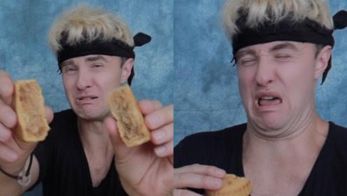 外国小伙试吃奇葩月饼,韭菜香菜辣条馅,网友:你可真敢吃
