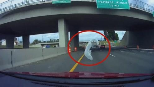 一块塑料布让司机紧急停车,不看监控都不相信这么巧?