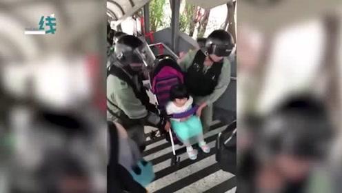 港警执行任务不忘帮市民抬婴儿车 路人竖起大拇指点赞:阿sir加油!