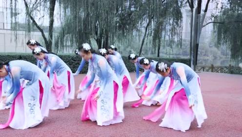搭配黄龄的妙曼音,这支古典舞《山水之间》惹人联想!