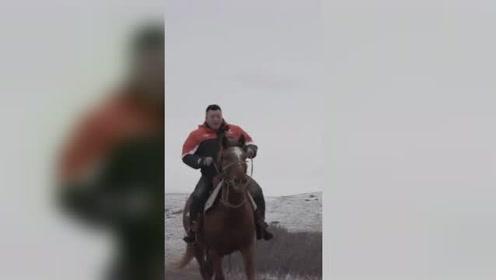 快递小哥骑马送快递!网友:内蒙的吧?