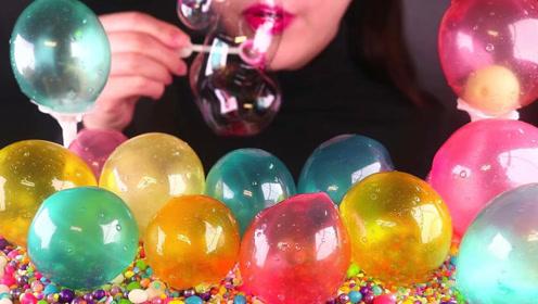 美女吃播吃吹成球的糖果,彩色的大泡泡,凝固后吃更加美味!