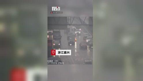 """高速路上突然掉下一个厕所 过路车辆被迫""""围观""""致3车追尾"""