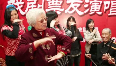 """南通京剧迷夫妻创办""""家庭票房""""25年来免费为大家表演"""