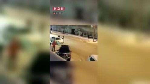 无人车在路中央转圈拦不住 这时一名半裸男子冲了出来