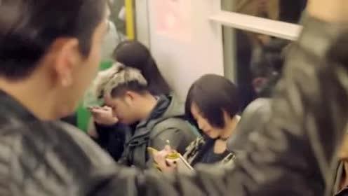 美女坐地铁看上帅小伙!直接将帅小伙画出来!厉害