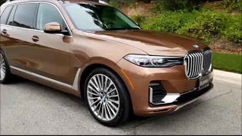 2019款 BMW X7 40i 的前部配有大尺寸进气格栅