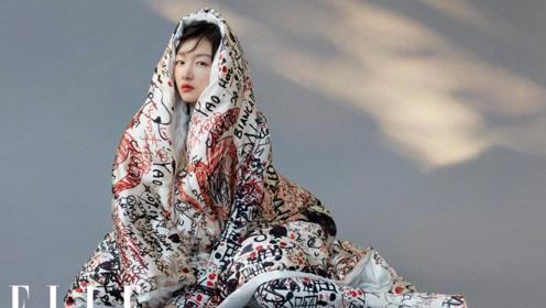 """周冬雨最新杂志裹棉被亮相  小黄鸭也是""""不安分""""崽"""
