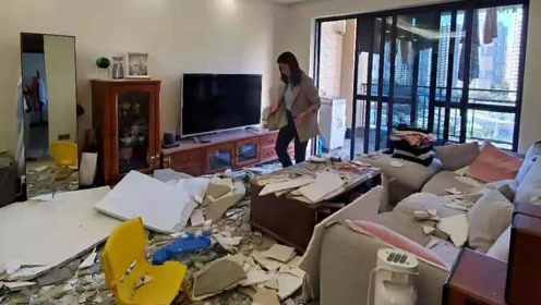 惊魂!女子躺沙发上玩平板,几秒后客厅天花板突然砸下