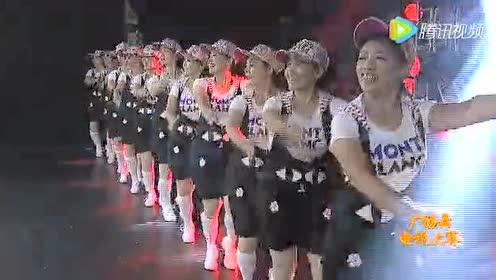 北京吉祥舞蹈队表演手扶拖拉机斯基!