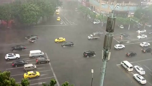 重庆天气就是任性,上一秒艳阳高照,下一秒狂风暴雨,侵袭大街