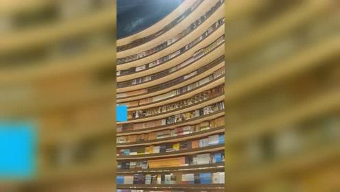 别人家的图书馆!图书馆360度环形书墙走红网络