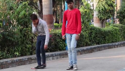 将国旗和手机放在地上,看印度街头测试,会捡哪一个?