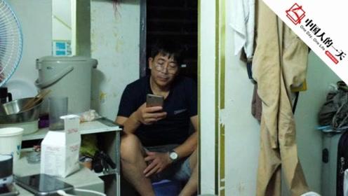 """出国打工的第16年 他住在""""豪华旅店""""的楼梯下面"""