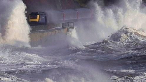 世界上最惊险的铁路,铁轨两旁是滔天的巨浪,不关窗就会被吞没