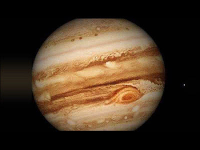 木星表面有巨大的磁场,极大的自转速度,人站在上面会掉入地心吗