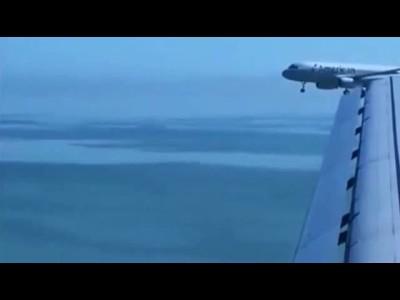 高空两辆飞机交错而行,乘机人员 ...