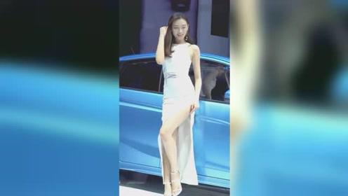 照相秀�_美女车模:小姐姐穿旗袍参加车模拍照秀,别有一番风味